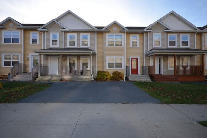 Spacious Town House in Central Location - Dartmouth
