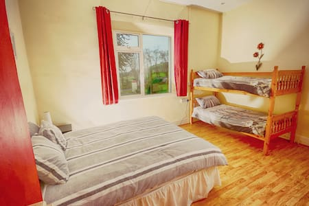 Loughcrew Hostel - 1 Double & 2 Bunk Beds - Oldcastle - Hostel