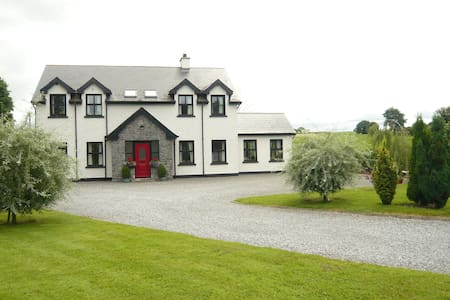 Modern room available in country B&B - Tullamore