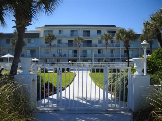 Oceanfront family-friendly Condo - Flagler Beach - Condominium