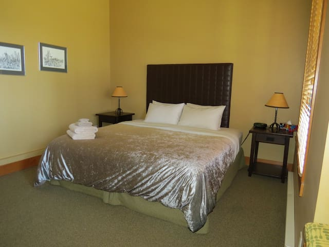 Third bedroom with king bed option