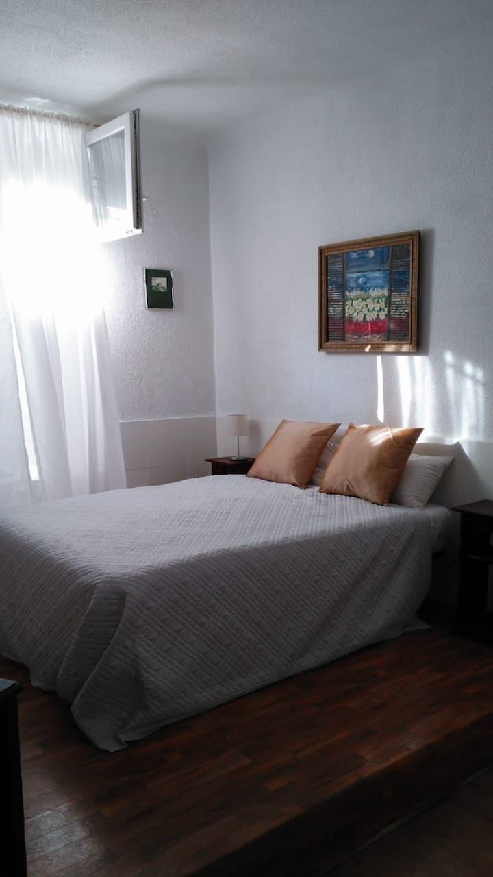 Habitación  amplia y cómoda con baño privado.