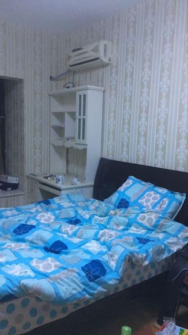 卧室很温馨,有沙发床,书柜,飘窗