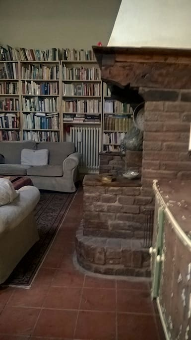 English and Italian books for guests cover one wall of the Livingroom