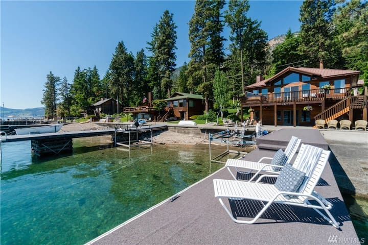 Lakefront home w/ private hot tub offers gorgeous views and a great location!