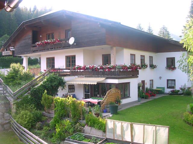 Die Ferienwohnung Rosa ist 100 m² groß mit Balkon. - Staudach - Apartment