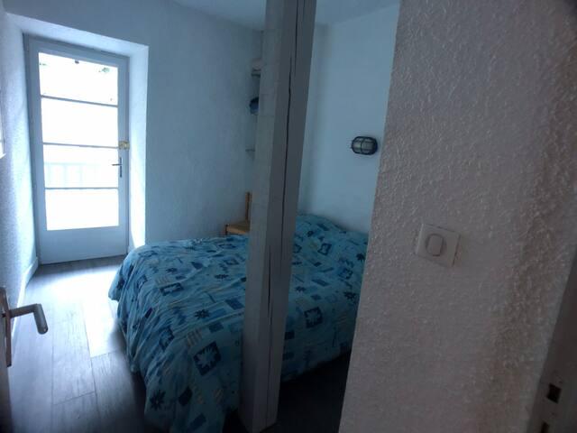 Chambre principale avec un lit de 140
