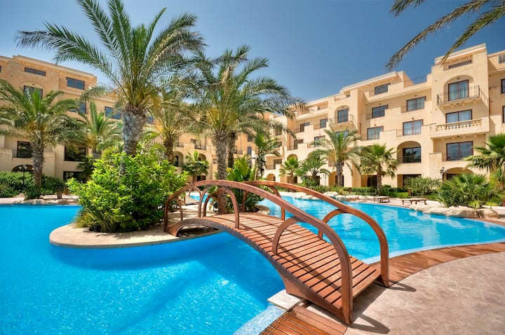 Luxury 2 Bedroom Apartment with pool view #4