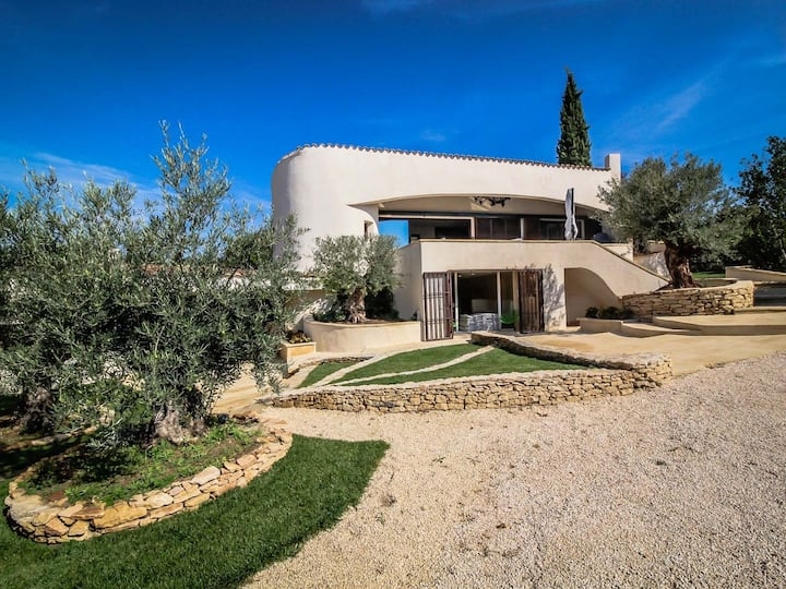 Castillon-du-Gard: modern holiday villa, swimming pool, pets allowed