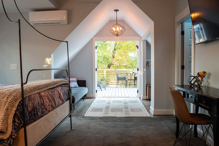 The Nest-Cozy Treetop studio/deck- walk downtown