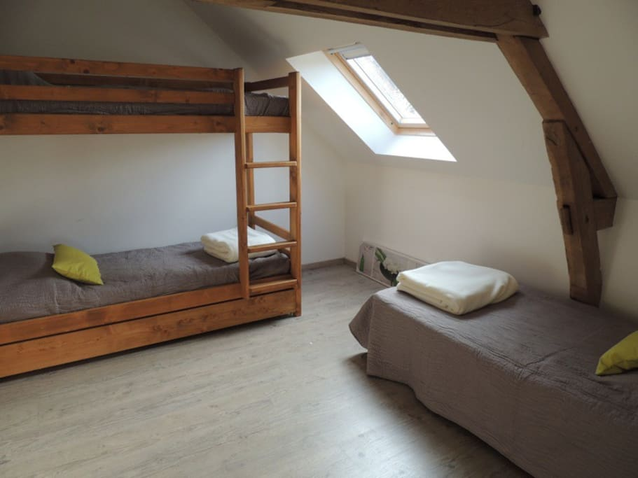 chambre avec 3 lits simples dont 2 superposes