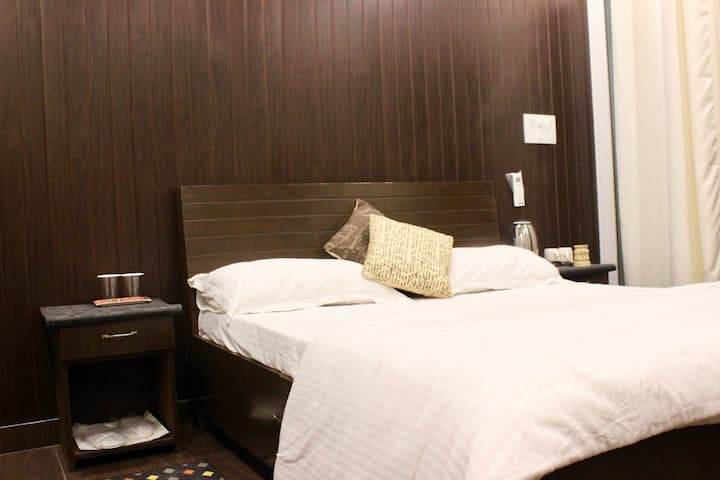 Div: Cosy room with balcony at Vasant Vihar