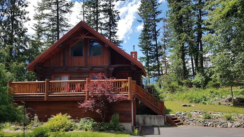 Lakefront Log Home, Gray Creek, kayaks, own beach!