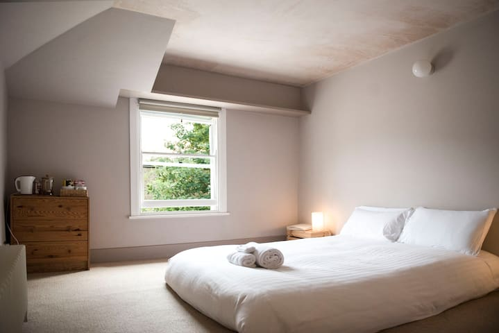 Cosy Double Room in Beautiful Victorian Townhouse
