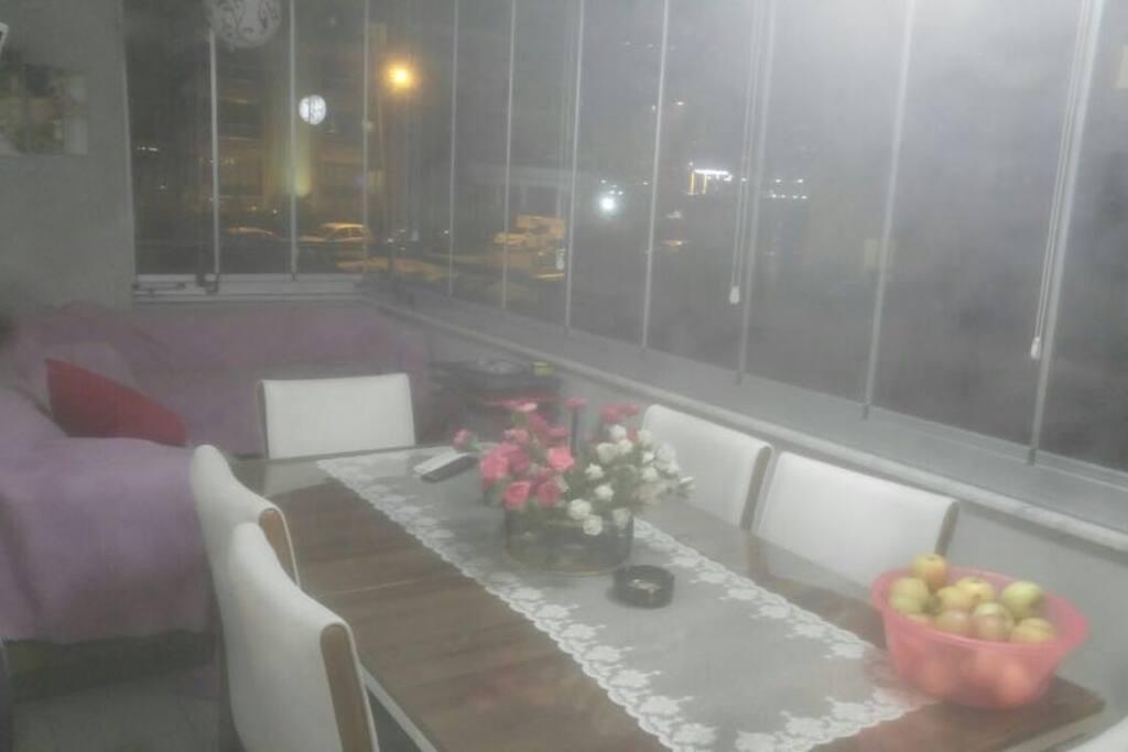 balkonumuzda camekan bulunmaktadır iyi bir manzarası vardır