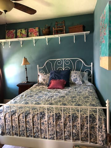 Comfortable Room, 10 min from Medical College Blue
