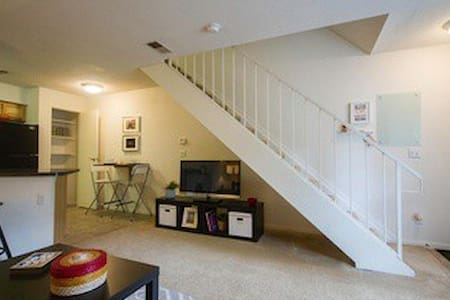 Sweet 1BR Townhome w Jacuzzi Tub - Daire
