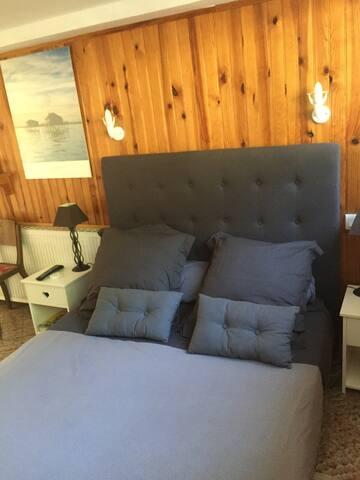 Le lit en 140 de la chambre