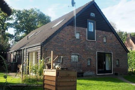 grote kamer in landelijk en sfeervol familiehuis - Drogteropslagen - Huis