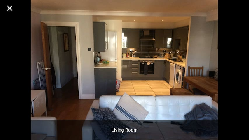 Whole 2 bed flat, Canal facing in Haggerston N1