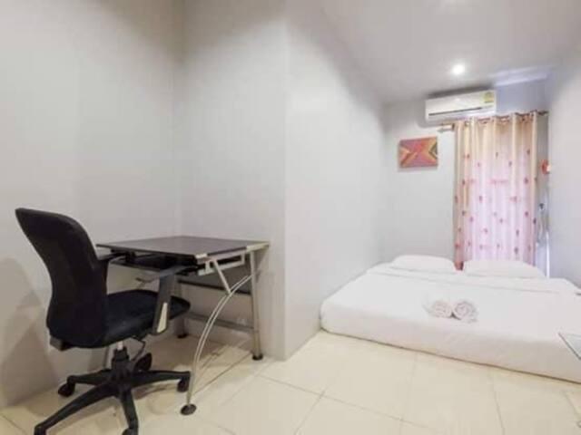 one bedroom with king bed一房特大双人床共用浴室