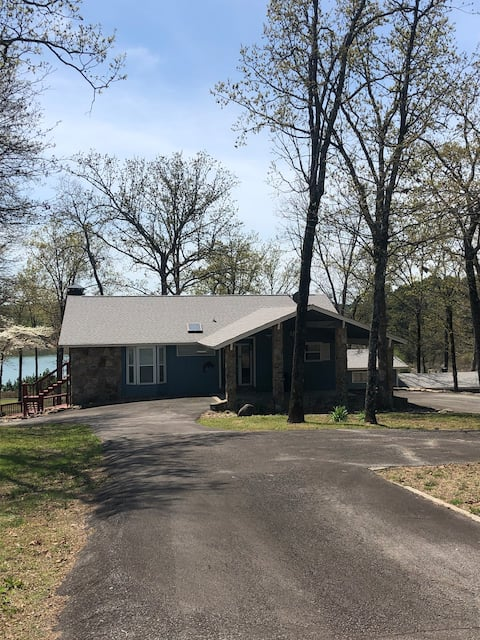 Lake front, private dock, kayaks and more!