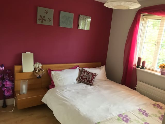 Quiet cosy double bedroom overlooking a field