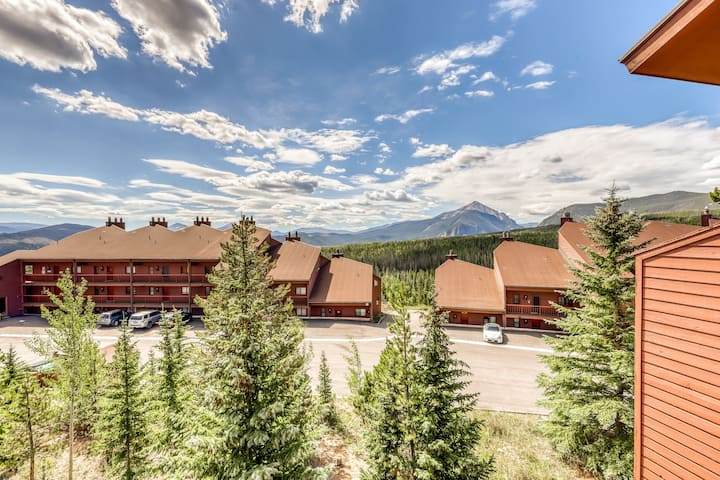 Cozy mountain home w/ a fireplace & full kitchen plus a shared pool & hot tub