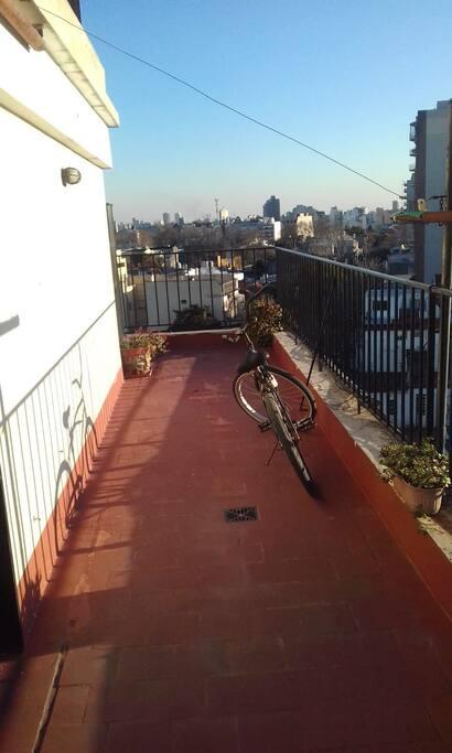 Amplia terraza con bici a compartir.