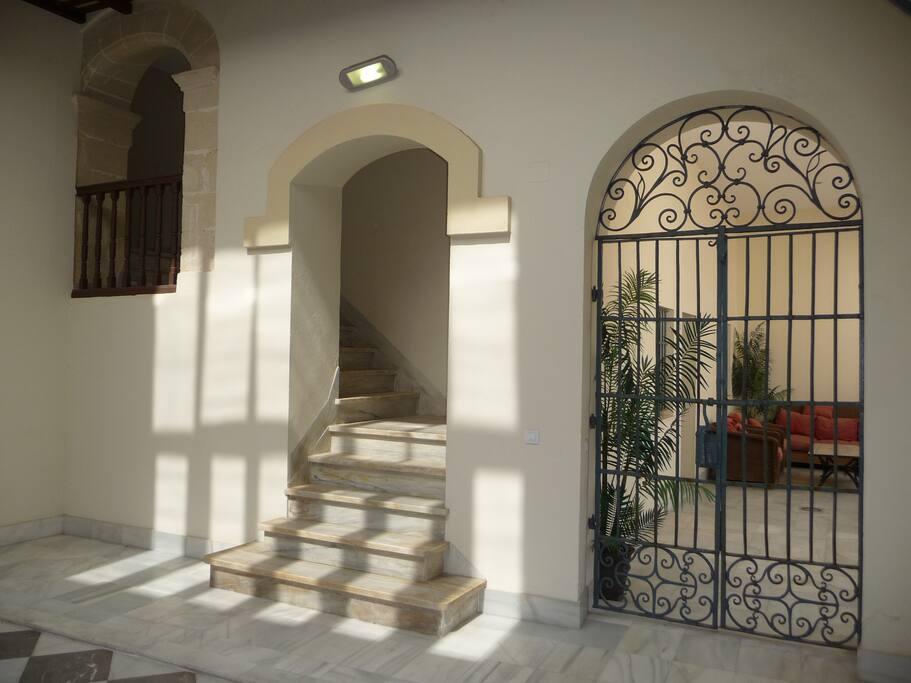 El acceso al apartamento es espectacular, ya que forma parte de un Palacio de 1865.