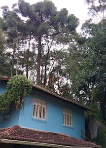 Casa azul na serra de Nova Friburgo. - Nova Friburgo - Maison