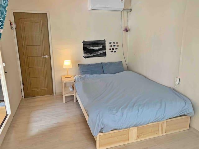 큰 방 좌측 침대 입니다. 사이즈는 퀸 입니다 큰 방 좌측은 큰 방 우측과 연결되어 있습니다:)