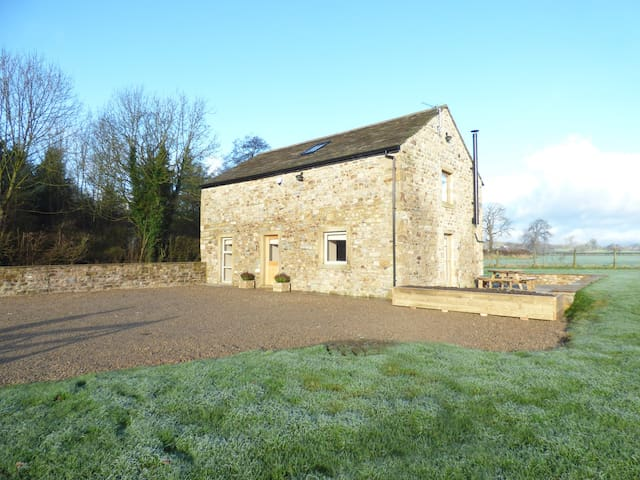 COW HILL LAITH BARN, family friendly in Bolton-By-Bowland, Ref 970084