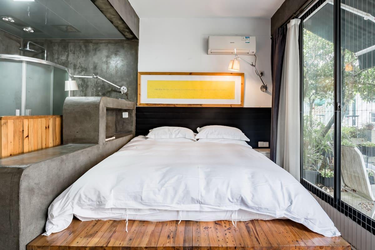 杭州灵隐下榻传统民宿去感受大自然的美落地窗大床房