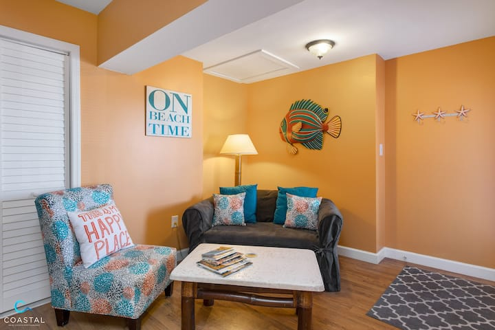 Bight and Beachy Isle of Palms Studio. Beach Near!