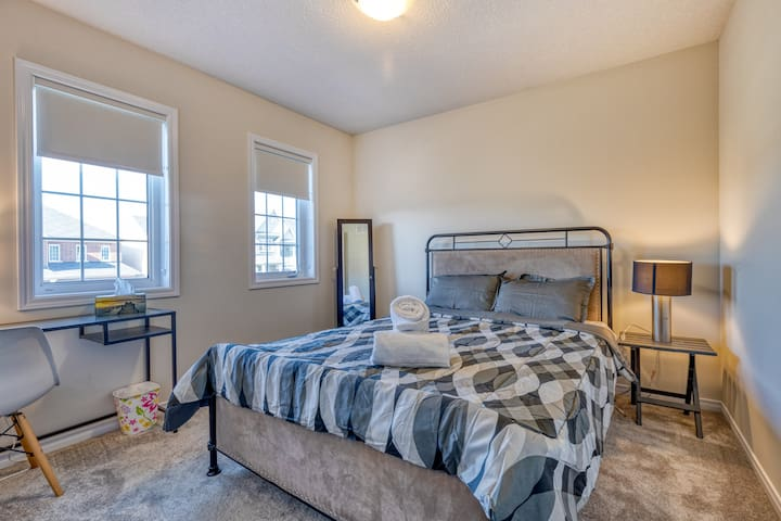 Niagara Airbnb with comfortable beds and desks to work at.