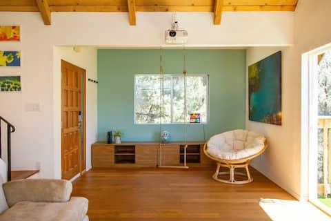 Modern Cabin w breathtaking views + movie screen
