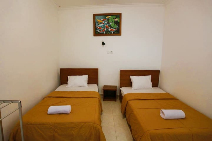 Twin bed nyoman homestay batubolong canggu #1