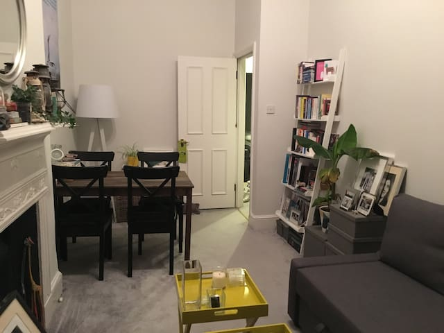 Cozy flat mins from South Kensington station