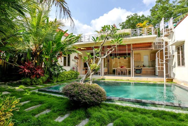 Fabulous villa amidst rice fields & jungle