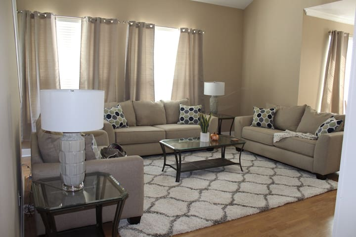 New Renovated 3B 3BR Condo 1 Mile from Kyle Field!
