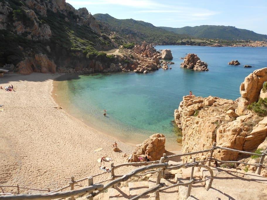 La spiaggia di li Cossi a Costa Paradiso.