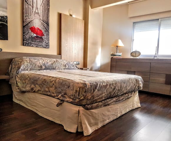 Light and spacious main bedroom with kingsize bed