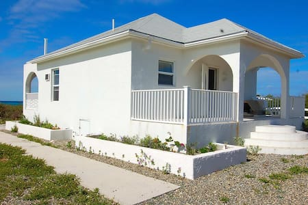 Sandcastles, a beachront home.( 10% off Oct. res.) - Cockburn Town - Haus