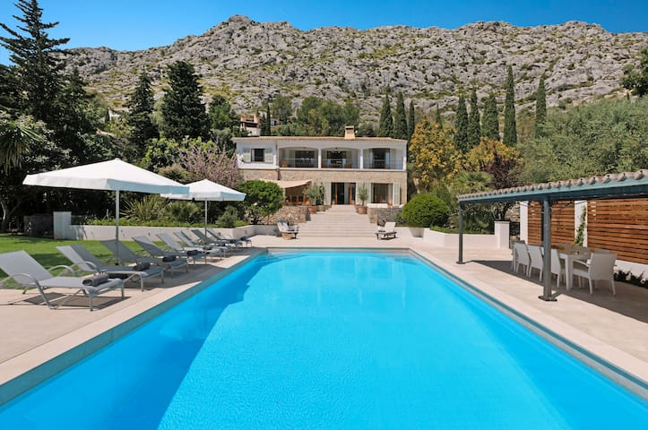 Luxury 5 bedroom retreat with large swimming pool