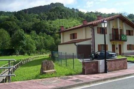 Casa bifamiliar a las afueras de Etxalar - Townhouse