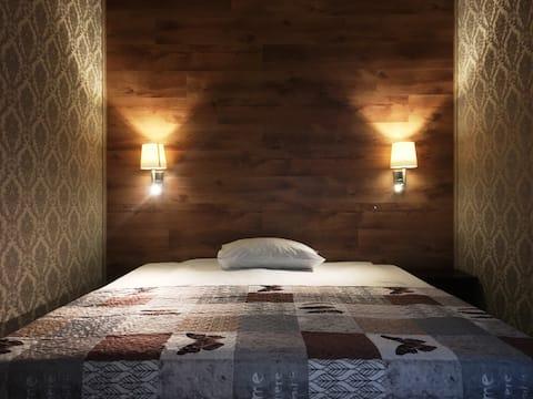 Camera cu baie privata si acces direct din strada