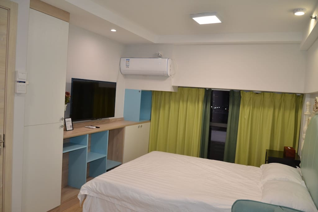 一个很大空间的大衣柜,电视机,空调,杂物柜