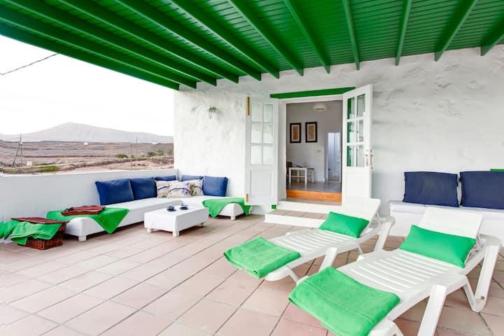 Casa canaria con vistas al mar.