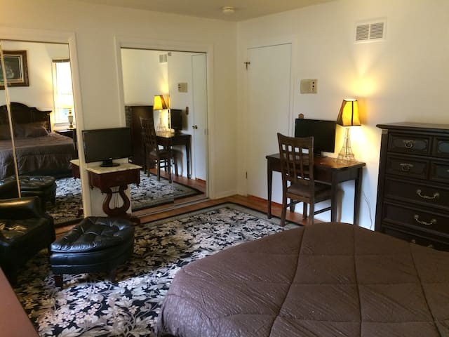 HUGE BEDROOM IN PALATINE IL, BORDER OF SCHAUMBURG - Palatine - Ev